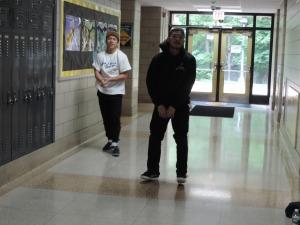 ウォーミングアップもアメリカの学校の廊下で平気らしい